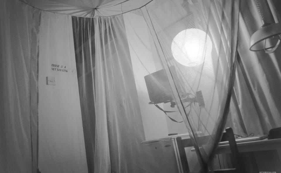 L'intérieur de ma chambre, protégé par ma belle moustiquaire