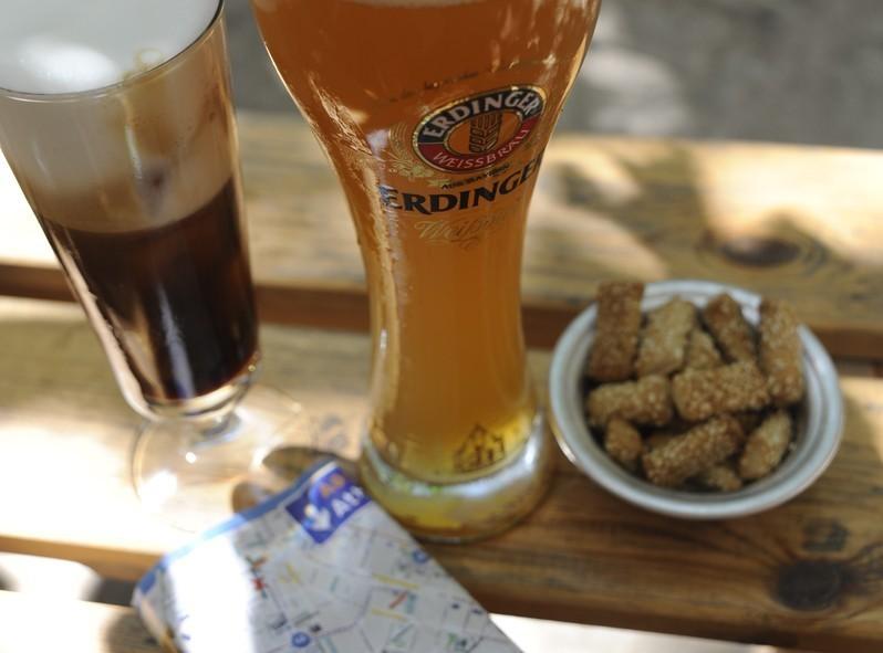 Bières et café glaé au 6 dogs bar, Athènes