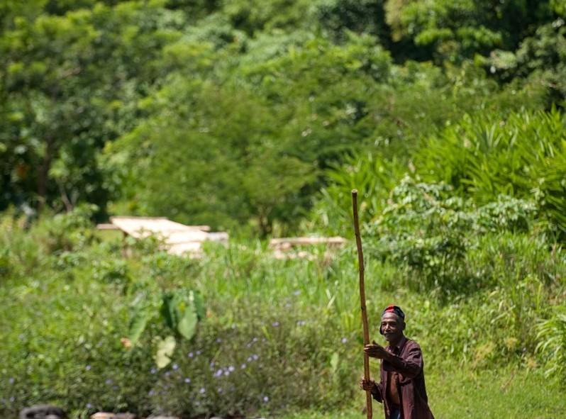 Traverser la rivière sur un radeau de bambou