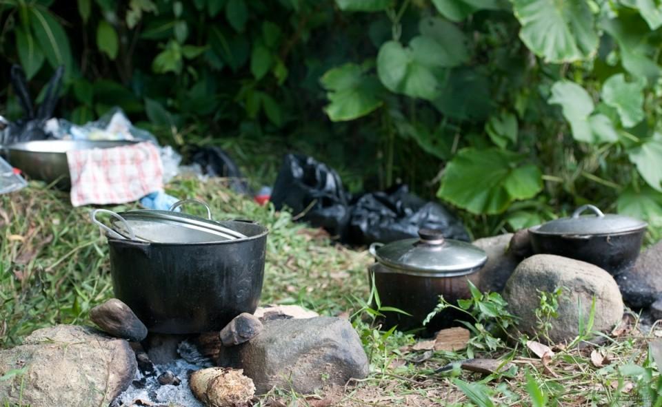 Cuisiner sur des feux de bois, tout un art. Jamaique