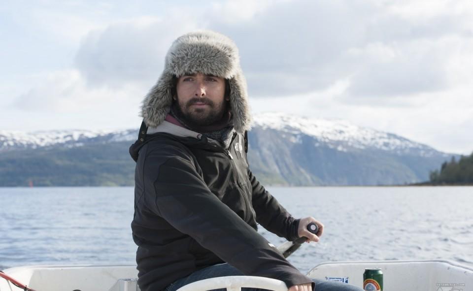 Max au volant de notre barque à moteur