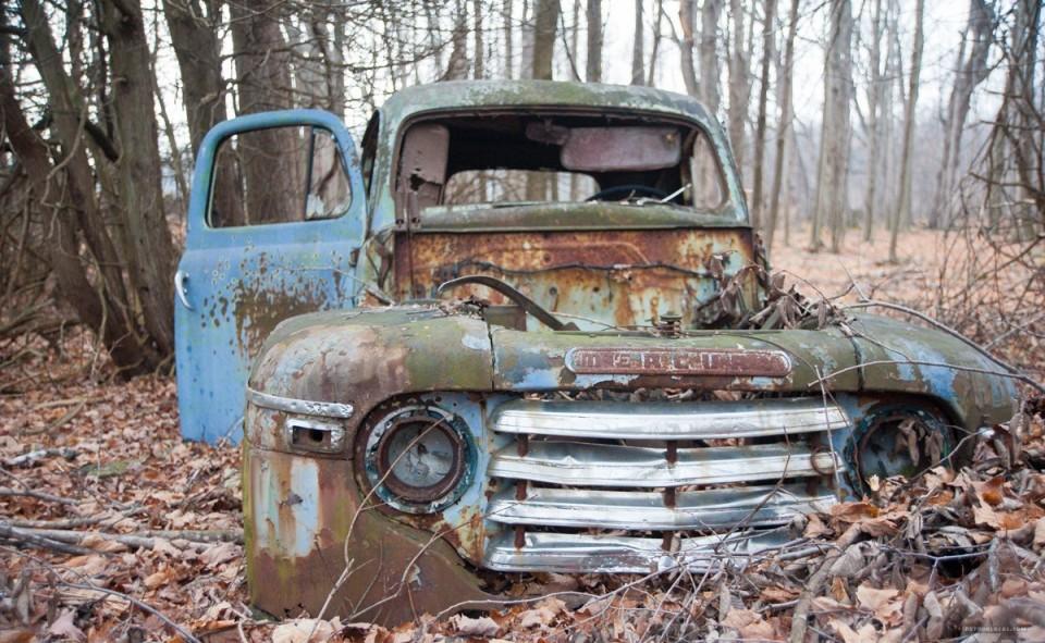 Vieux camion abandonné dans la forêt
