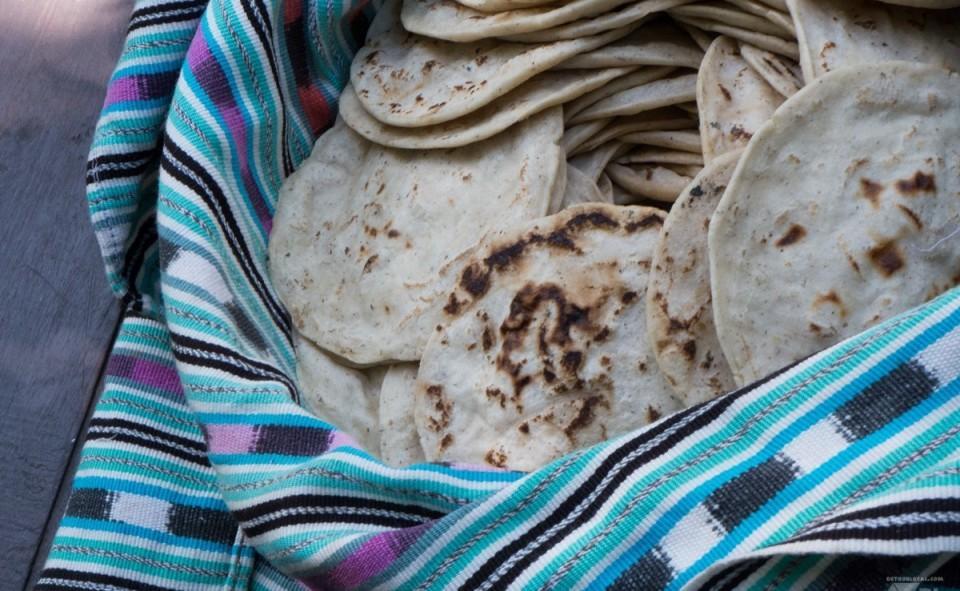 Tortillas dans leur emballage typique pour les conserver bien chaud.