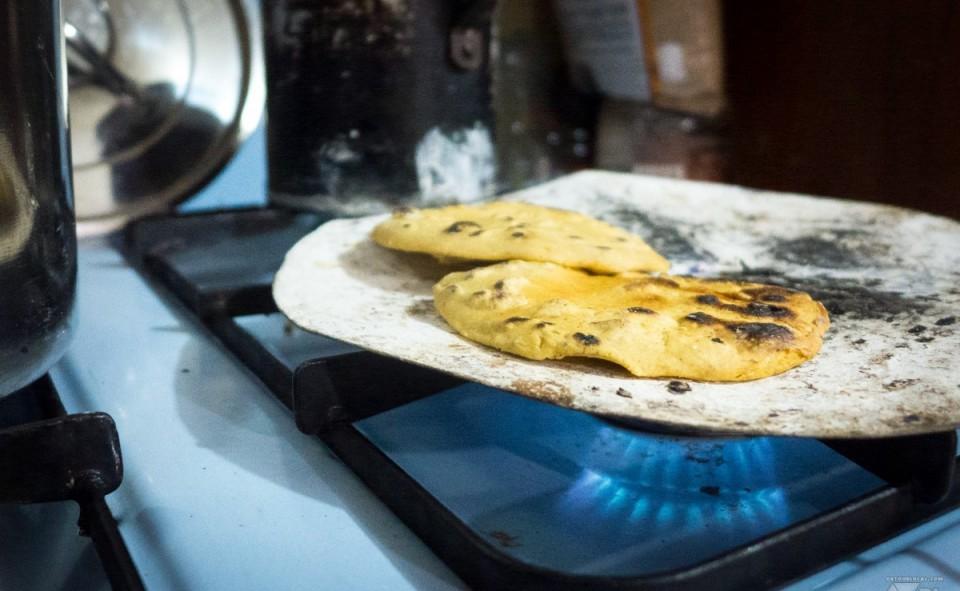 Les tortillas de la veille sont grillés sur une genre de plancha moderne. Plus croustillante, on les préfère aux tortillas normales.