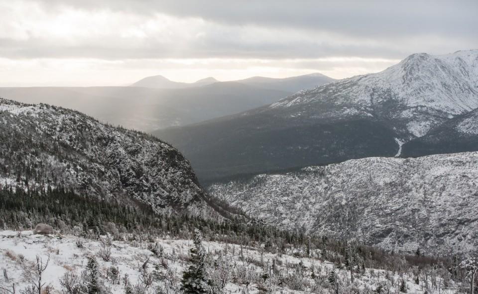 Rando au sommet du mont Ernest-Laforce au début de l'hiver Québécois. L'expression mer de montagnes prend ici tout son sens.