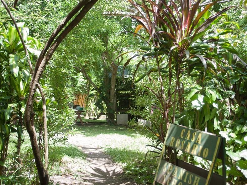 Le grand jardin de Casa Santiago aux abords du lac