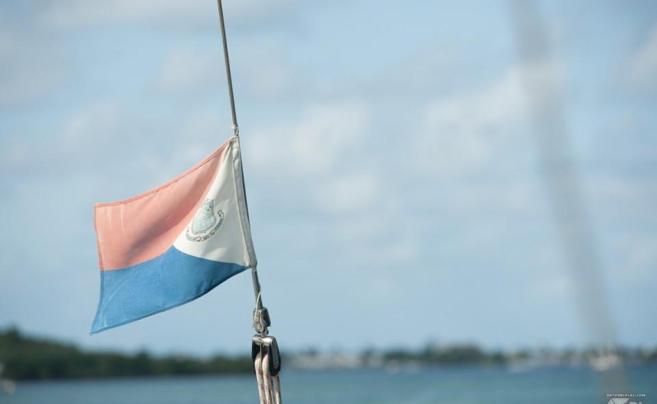Le drapeau de St-Martin. L'île au deux pays. Le côté français au nord et le côté hollandais au sud.