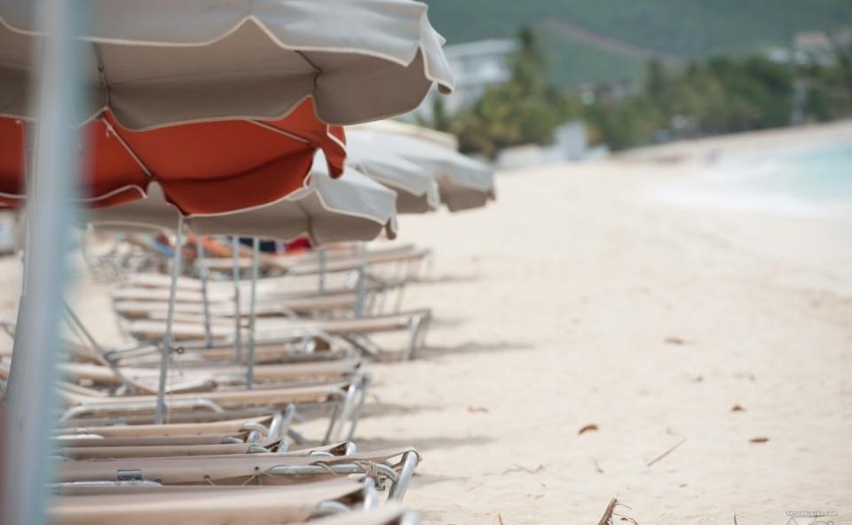 Plage de Simpson Bay et les chaises longues de Karakter