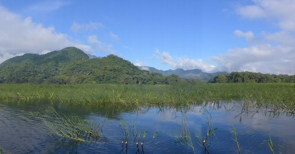 Vue sur le lac avec les montagnes en fond