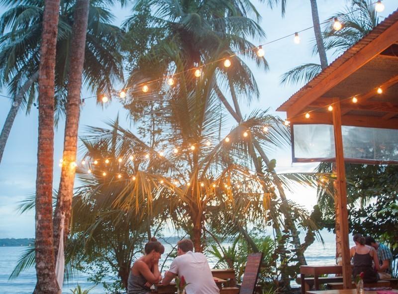 Isla Bastimiento dans Bocas del Toro, bière à la main au coucher de soleil