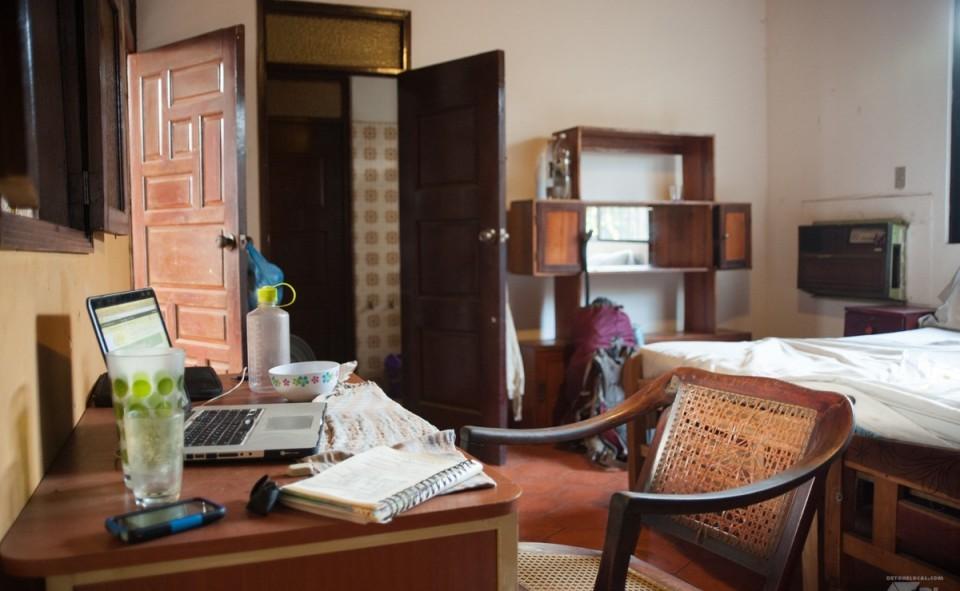 Notre vaste chambre vintage avec une chaise berçante comme chaise de travail. Just in Nicaragua