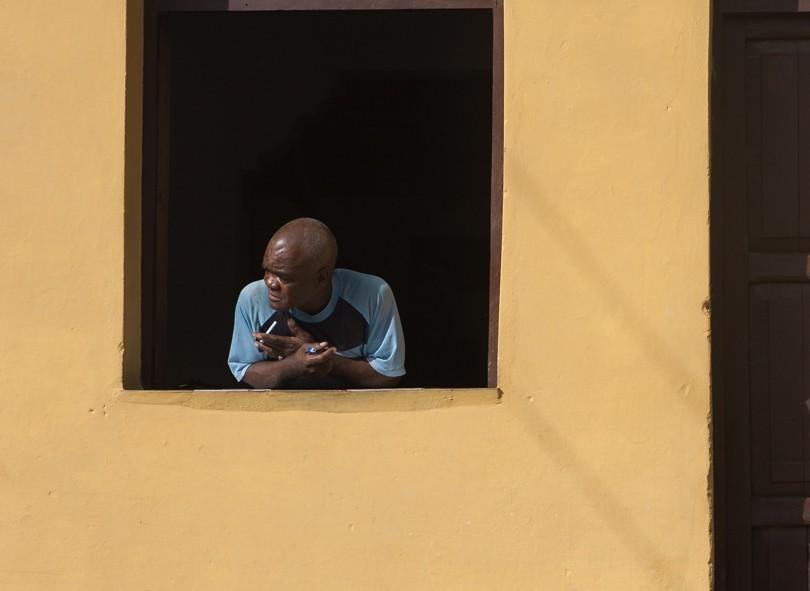 Un Cubain regardant la scène locale au loin