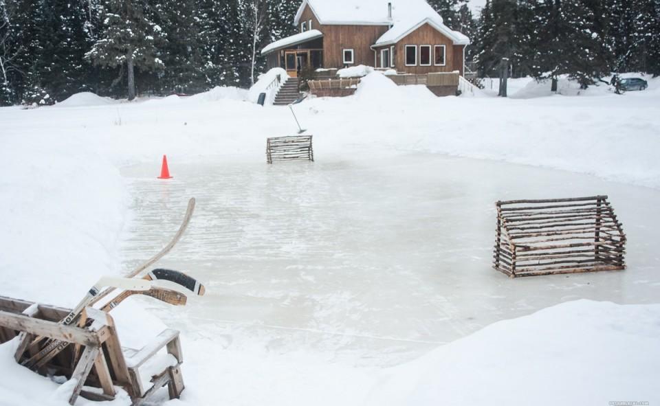 Une petite patinoire de hockey pour ceux qui veulent profiter du grand air hivernal québécois