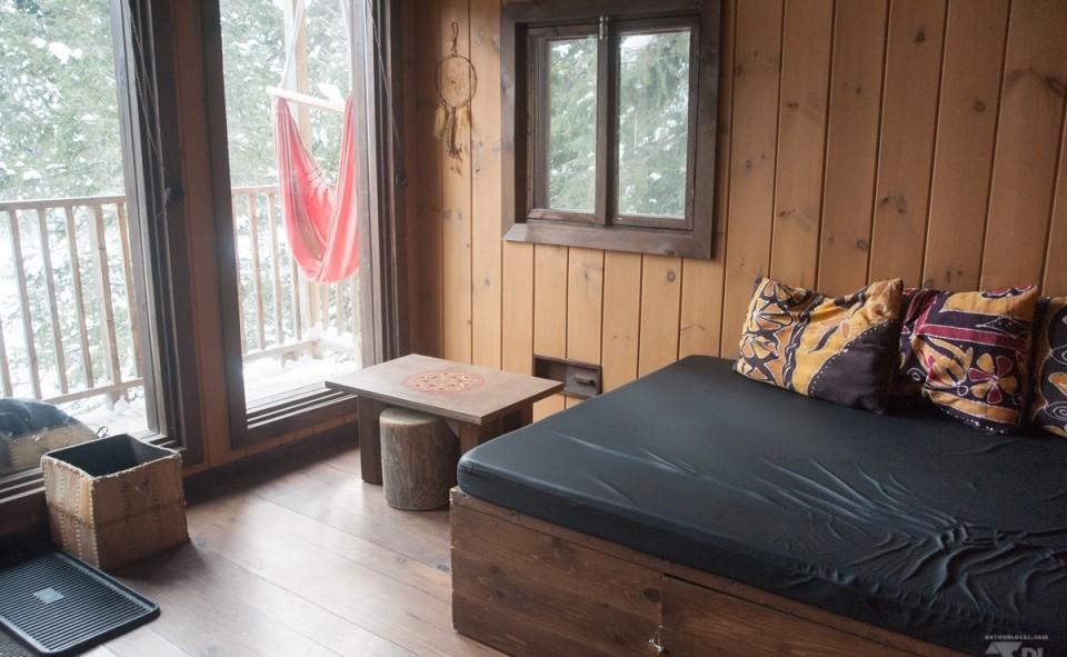 Très cozy l'intérieur des cabanes sur pilotis de Kabania dans les bois de Lanaudière