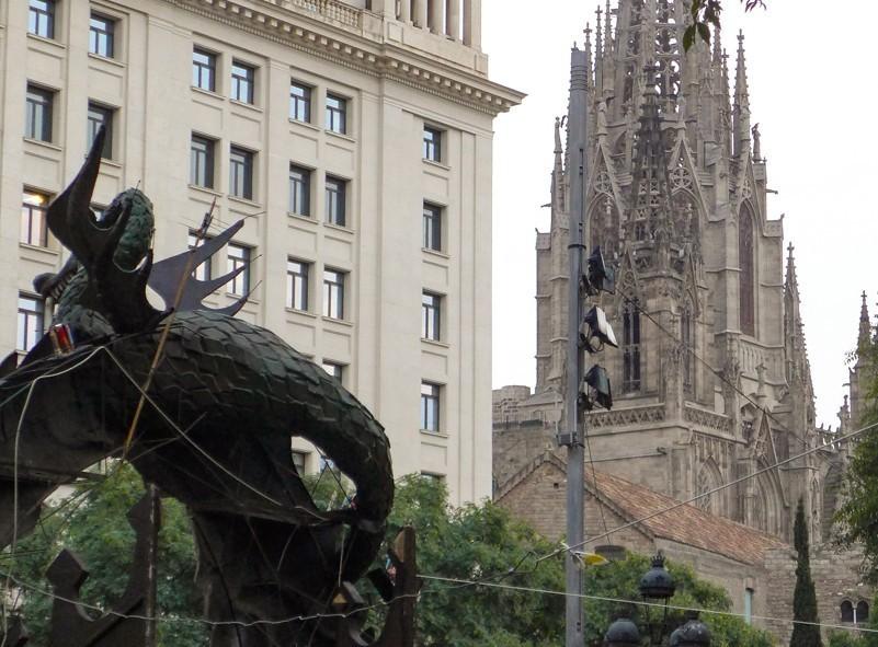 La Sagrada Familia et les rues estivales animées de Barcelone