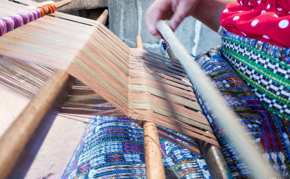 Guatemala, San Juan. Attention à bien commencer son tissage