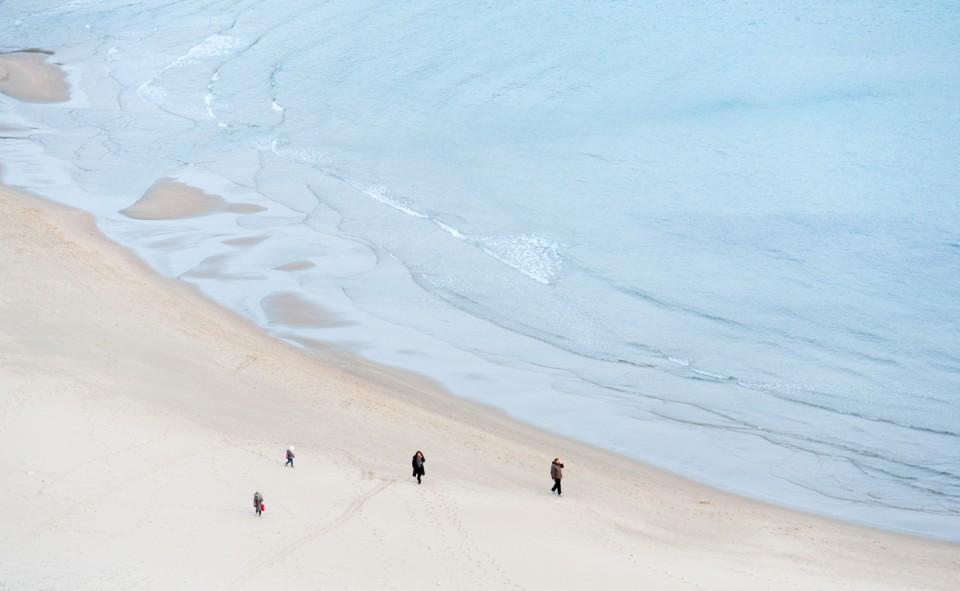 Une longue marche sur la plage avec un manteau d'hiver!?