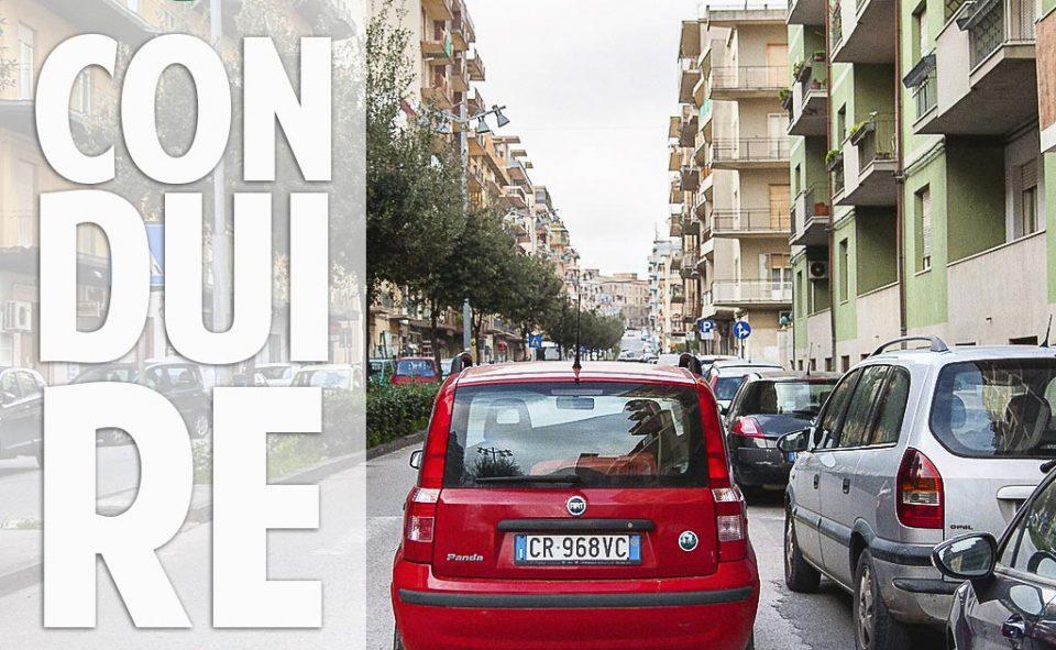 Exemple de stationnement à l'italienne. En double file.