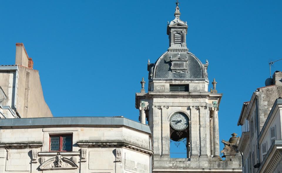 Un vieux clocher, de beaux bâtiments et une ambiance unique