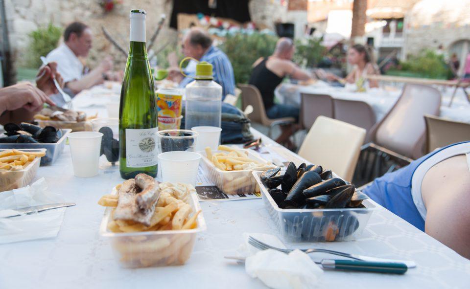 Moules frites et vins abordables lors d'une fête de village près de Agen